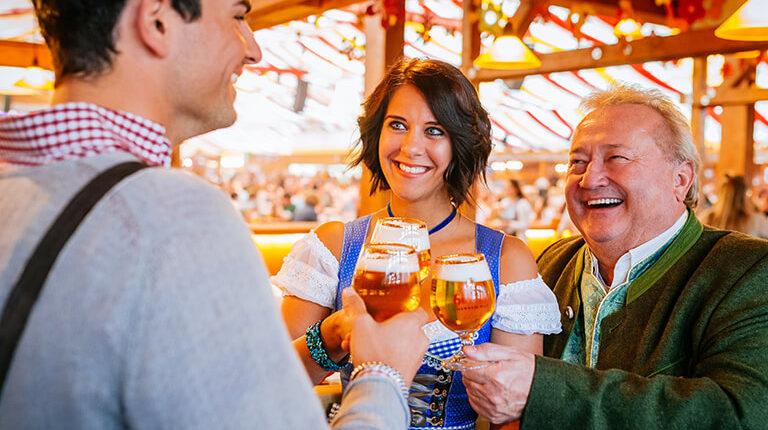 In Grandls Hofbräu-Zelt wird zur Erföffnung des Frühlingsfestes angestoßen.
