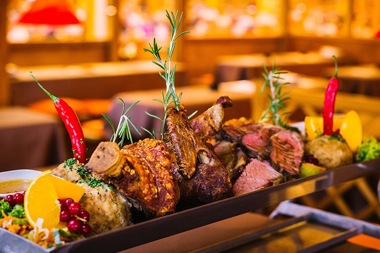 Genießen Sie Grandls Gourmetpfanne in Grandls Hofbräu-Zelt
